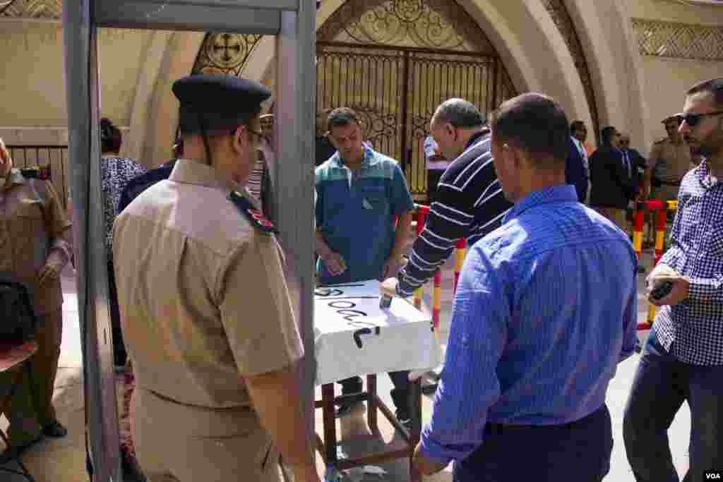 Police are checking people coming to attend a vigil in Mar Girgis church in Tanta, Egypt, Saturday, May 20, 2017. (H. Elrasam/VOA)