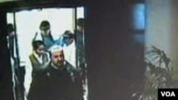 Rekaman kamera komandan senior Hamas, Mahmoud al-Mabhouh saat memasuki hotel di Dubai, dimana ia akhirnya dibunuh oleh beberapa orang.