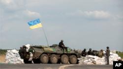 4일 우크라이나 정부군 병사들이 슬로비안스크 검문서를 지키고 있다.