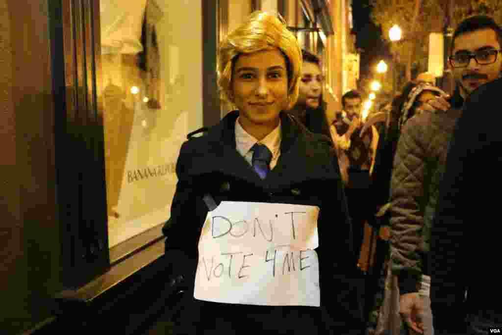 شب هالووین در واشنگتن دی سی، پایتخت آمریکا. او خودش را به شکل ترامپ در آورده و نوشته به من رای ندهید!