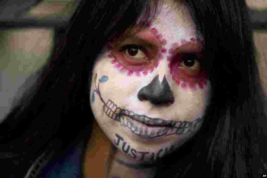 زن مکزیکی در جشن روز مردگان. او روی صورتش نوشته «عدالت» و خواهان رسیدگی به وضعیت خشونت علیه زنان در مکزیک شد.