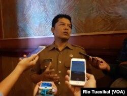 Bupati Bandung Barat, Dadang Nasser, menyatakan tidak akan membela perusahaan di wilayahnya yang terbukti nakal (foto: VOA/Rio Tuasikal)