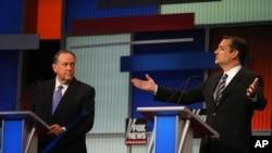 美国德州参议员泰德·克鲁兹(Ted Cruz, 右侧)在共和党参选人首场辩论中发言(2015年8月6日)