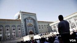 Lebih dari 1.000 jemaah berkumpul di masjid utama Dushanbe, Tajikistan, untuk sholat Jumat (30/9).