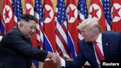 Tư liệu: Tổng thống Mỹ Donald Trump gặp gỡ lãnh tụ Triều Tiên Kim Jong Un tại khu phi quân sự ngăn cách hai miền Triều Tiên, ở Panmunjom, Hàn Quốc, ngày 30 tháng 6, 2019.