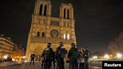 ຕຳຫລວດຝຣັ່ງ ຢືນຍາມຢູ່ຕໍ່ໜ້າໂບດ Notre Dame ຫລັງ ຈາກການໂຈມຕີຫຼາຍບ່ອນໃນນະຄອນຫລວງ ປາຣີ.