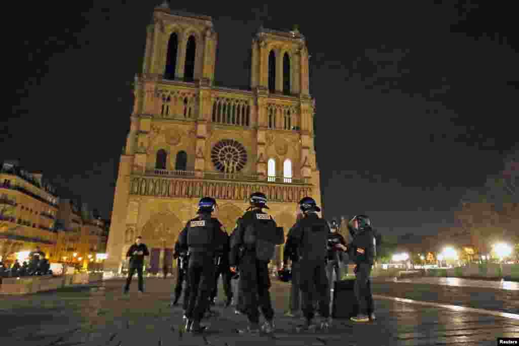 Cảnh sát tuần tra gần Nhà thờ Notre Dame sau một loạt các vụ tấn công chết người ở Paris.