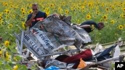Nhân viên điều tra Hà Lan xem xét các mảnh vỡ của chiếc máy bay Malaysia Airlines tại làng Rassipne, vùng Donetsk, miền đông Ukraine.