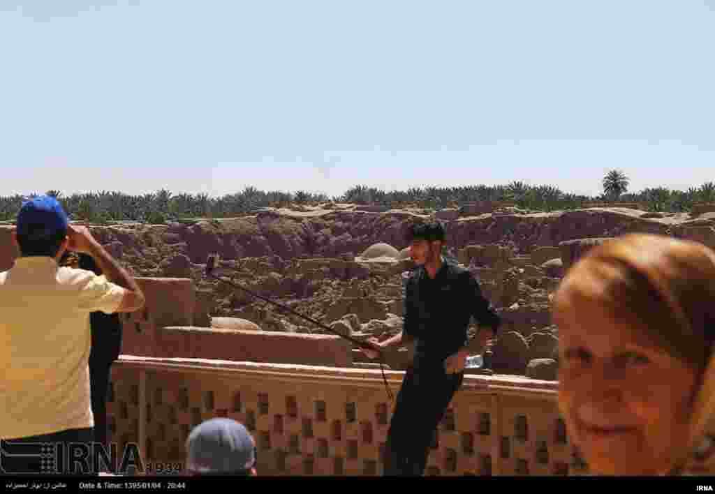 جوان تنها در مقابل ویرانه های برجای مانده از ارگ تاریخی بم در استان کرمان، سلفی می گیرد. این روزها برخی در حاشیه سفر های نوروزی از ارگ بم دیدار می کنند. این بنای مشهور تاریخی بعد از زلزله بم خسارت عظیمی دید. عکس: ابوذر احمدیزاده، ایرنا