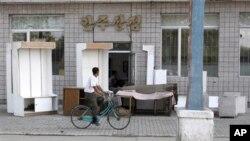 4일 북한 평안남도 안주시의 한 상점. 침수 피해를 입은 가구들을 말리기 위해 거리에 내놨다.