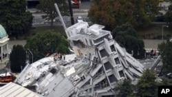 救援人员在倒塌的建筑物中搜寻灾民