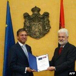 Šef delegacije EU u Srbiji Vensan Dežer predaje srpskom premijeru Mirku Cvetkoviću mišljenje EK o kandidaturi Srbije