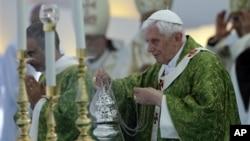 Paus Benediktus XVI mengadakan misa terbuka di Beirut, Lebanon hari Minggu (16/9).