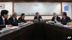 12일 북한의 장거리 로켓 발사 직후, 한국 이명박 대통령(가운데)이 긴급 국가안전보장회의를 주재하고 있다.