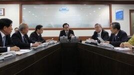 Presiden Korsel, Lee Myung-bak (tengah) segera menggelar sidang darurat bersama Dewan Keamanan Nasional di Istana Presiden di Seoul, Korsel pasca peluncuran roket Korut, Rabu (12/12).