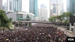 两百万人反《逃犯条例》修法黑衣大游行(美国之音记者申华拍摄)