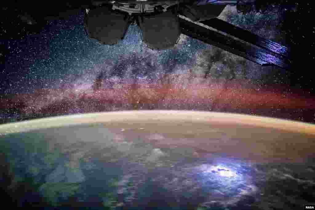 Foto permukaan Bumi di malam hari yang diambil oleh seorang astronot dari stasiun antariksa internasional (ISS).