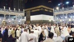 Người hành hương đi quanh Kaaba, kiến trúc hình khối tại trung tâm của giáo đường ở Mecca, 12/9/2015.