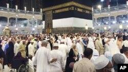 在圣城麦加的大清真寺里的朝圣者(2015年9月12日)