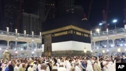 Jemaah haji berjalan mengelilingi Kabah, Masjidil Haram, Mekkah, Arab Saudi Sabtu pagi, 12 September 2015.