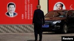 上海一條街道上張貼的中國國家主席習近平和前共產黨領袖毛澤東的畫像。(2018年2月26日)