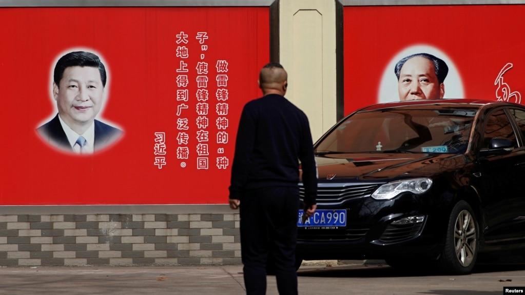 上海街头张贴的中国领导人习近平与前领导人毛泽东的画像。(2018年2月26日