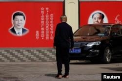 资料照:马路边习近平和毛泽东的宣传墙