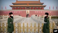戴著口罩的中國武警士兵在天安門前站崗。(2020年1月27日)