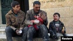 Suriya Prezidenti Bəşər Əsədə sadiq qüvvələr Hələb şəhərini bombaladıqdan sonra ata dağıntılar altından çıxardığı oğlunu qucaqlayıb. 14 fevral, 2014.