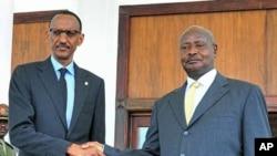 Rais wa Uganda Yoweri Museveni, kulia akisalimiana na Rais wa Rwanda Paul Kagame.