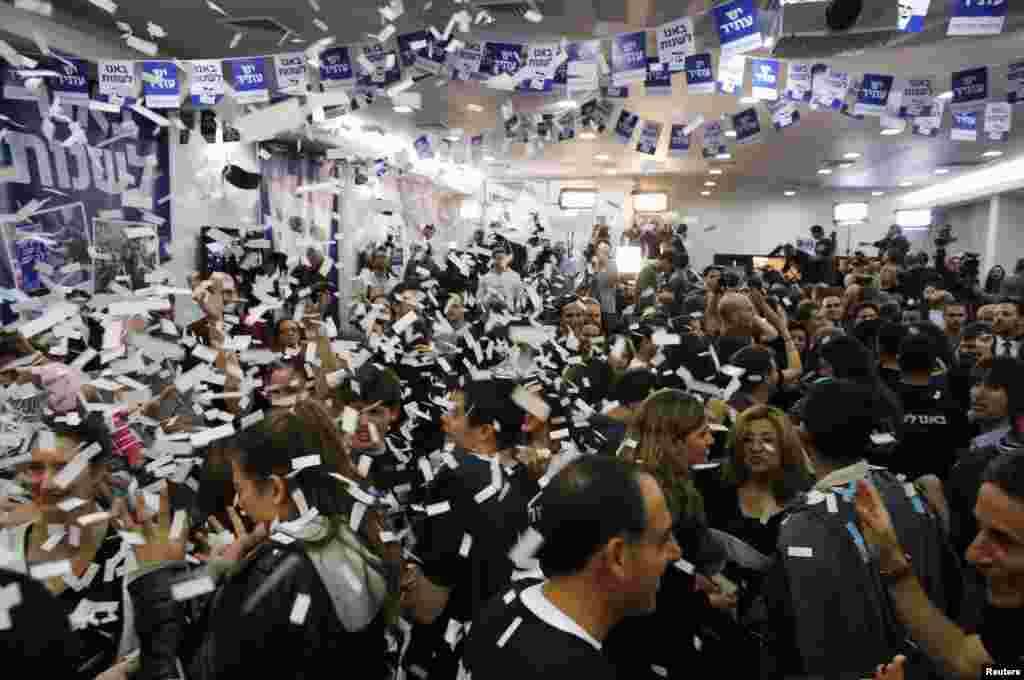 22일 치러진 이스라엘 총선에서 제 2당으로 부상한 중도 좌파 예쉬 야티드당 당원들이 23일 당 본부에서 축하 파티를 열었다.