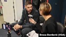 Košarkaš Orlando Medžika Nikola Vučević u razgovoru sa novinarkom Glasa Amerike Milenom Đurđić, 3. decembra 2019. godine (Foto: VOA/Braca Đorđević)