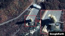 북한이 서해위성발사장 '중대 시험' 전인 지난달 30일 촬영한 발사대 뒤쪽으로 5~6개의 새로운 물체가 포착됐다. 과거 위성사진에 없던 것들로 새로운 시험을 위한 장비로 추정된다. 출처=CNES/Airbus (Google Earth)