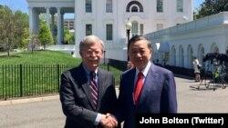 Bộ trưởng Công an Việt Nam Tô Lâm (phải) được Cố vấn An ninh Quốc gia Mỹ John Bolton tiếp đón tại Nhà Trắng ở Washington DC hôm 24/4. Ông Tô Lâm còn gặp gỡ các quan chức cấp cao khác của Mỹ trong chuyến thăm Washington tuần này. (Twitter John Bolton)