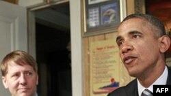 Predsednik Obama sa novoimenovanim šefom Biroa za finansijsku zaštitu potrošača, Ričardom Kordrejem, u Klivlendu, u državi Ohajo, 4. januara 2012.