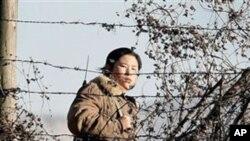 압록강변을 감시하는 북한 여군 (자료사진)