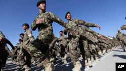 Pasukan Afghanistan yang dilatiih pasukan NATO dalam upacara wisuda di Kabul (foto: dok).