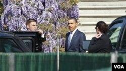 Presiden Barack Obama saat keluar dari Gedung Putih untuk menghadiri kebaktian Paskah di gereja Baptis Shiloh di Washington, DC (24/4).