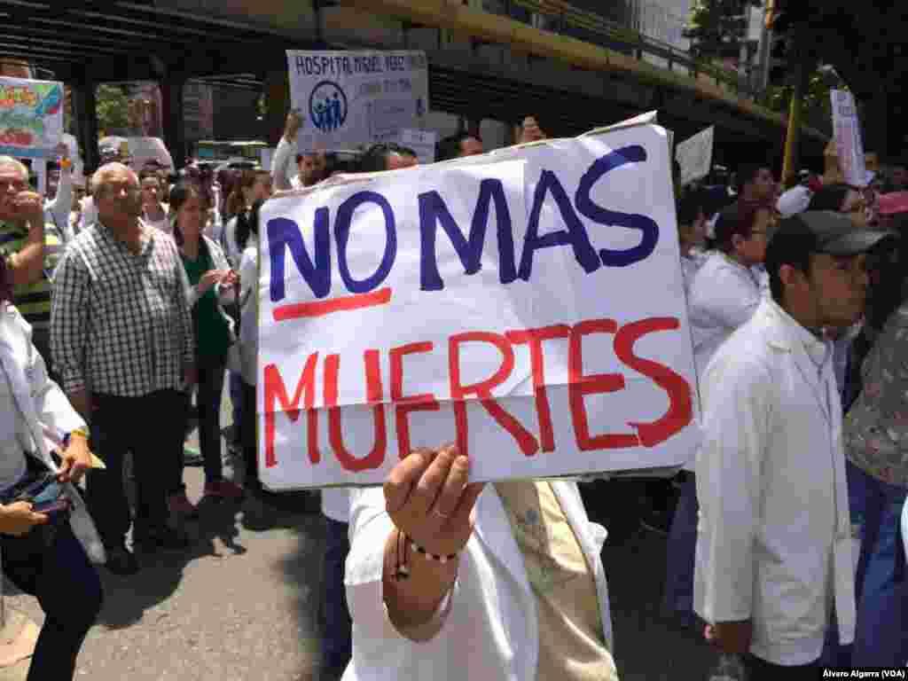 """""""Ya no más muertes"""" claman los médicos y enfermeras en las calles de Venezuela."""