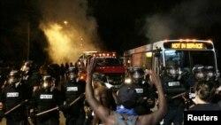非洲裔男子斯科特被警察击毙后导致北卡罗来纳州夏洛特市的居民举行示威,身穿防暴警服的警察封锁了街道。(2016年9月20日)