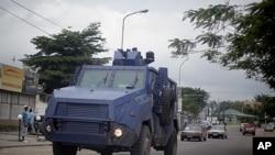 剛果防暴警察星期四把裝甲車開到金沙薩的大街上