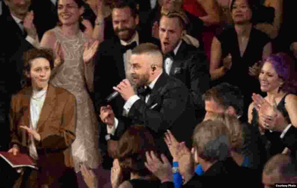 امریکی گلوکار جسٹن ٹمبرلیک آسکر ایوارڈ کی منعقدہ تقریب میں اپنے فن کا مظاہرہ کر رہے ہیں۔