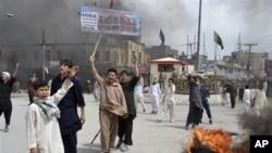 Warga Syiah meneriakkan protes atas penembakan di wilayah mereka, Quetta, Pakistan barat daya (14/4).