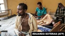 Mmoja wa manusura wa mauaji yanayo daiwa kufanyika Mai Kadra akipatiwa matibabu katika Hospitali ya Chuo Kikuu cha Gondar, katika mji wa Gondar, Novemba 20, 2020.(Photo by EDUARDO SOTERAS / AFP)