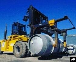 Dalam foto yang dirilis pada 6 November 2019 oleh Organisasi Energi Atom Iran ini, sebuah truk angkat membawa silinder berisi gas uranium heksafluorida dengan tujuan untuk menginjeksikan gas ke dalam sentrifugal di fasilitas nuklir Fordo Iran. (Foto: AP)