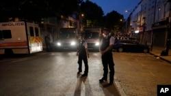 北伦敦芬斯伯里公园的清真寺发生货车撞行人袭击后,警察6月19日凌晨在附近街道巡逻。