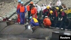 Spasilačke ekipe pokušavaju da uđu u olupinu broda, 4. jun 2015.