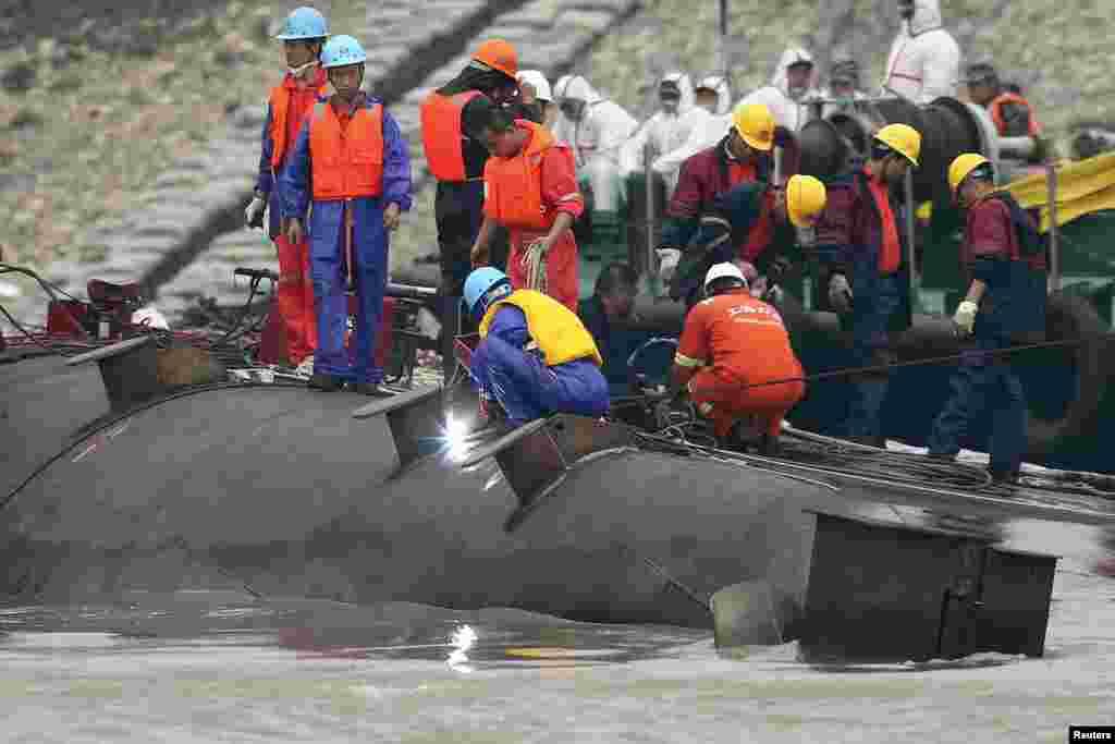 Nhân viên cứu hộ tại hiện trường vụ lật tàu ở sông Dương Tử.