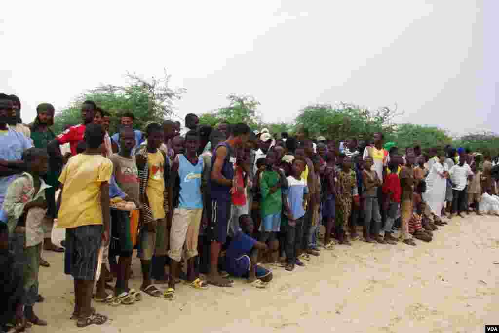 Des habitants de Tombouctou, y compris de nombreux enfants, assistent à l'amputation de la main d'un juene homme coupable de vol de riz