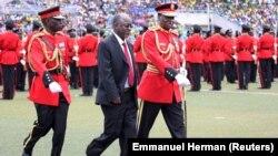 Le président élu de Tanzanie, John Magufuli, est escorté après avoir inspecté une garde d'honneur militaire tanzanienne lors de sa cérémonie d'inauguration au stade Uhuru à Dar es Salaam, le 5 novembre 2015.